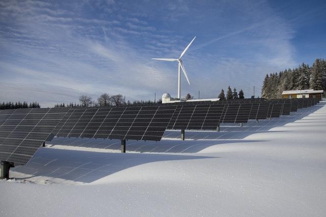 انواع مختلفة من الطاقة المتجددة تظهر في هذه الصورة: الطاقة الشمسية وطاقة الرياح
